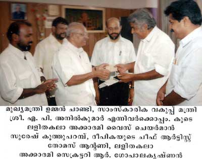 Yesudasan with the Chief Minister of Kerala, Shri Oomen Chandy, Minister for Culture Shri MP Anilkumar, Deepika Chief Artist Thomas Antony, Kerala Lalithakala Akademi Secretary R Gopalakrishnan.