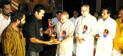 Bharat Mohanlal presents Edavalli Narayanachari Memorial Award to Cartoonist Yesudasan on May 12, 2008 at Guruvayoor.